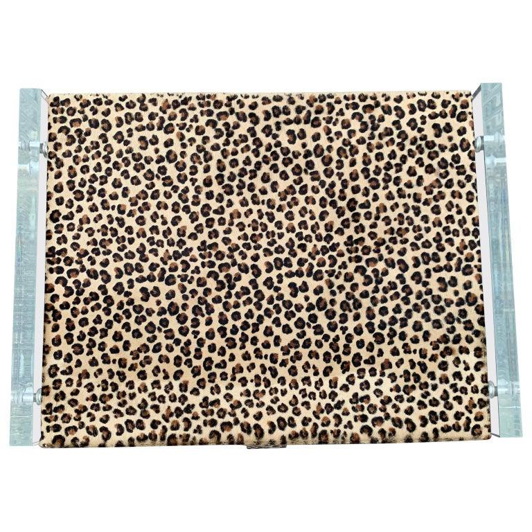 Zwei Kunst Cheetah Haut Gepolsterte Nachttische mit Lucite Seitenteilen 9