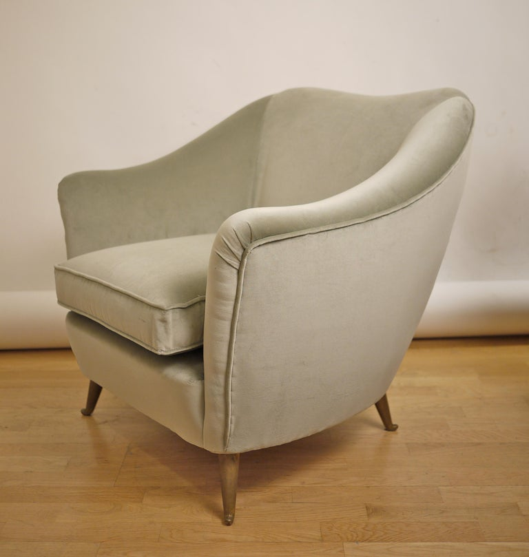 Pair of Federico Munari Mid-Century Modern Gray Velvet Armchairs for Isa In Excellent Condition For Sale In Madrid, ES