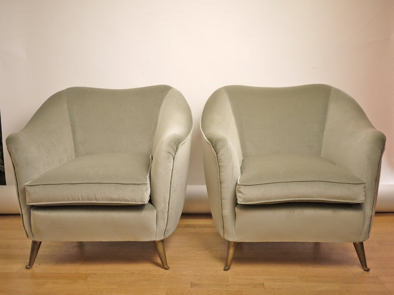 Pair of Federico Munari Mid-Century Modern Gray Velvet Armchairs for Isa For Sale 1
