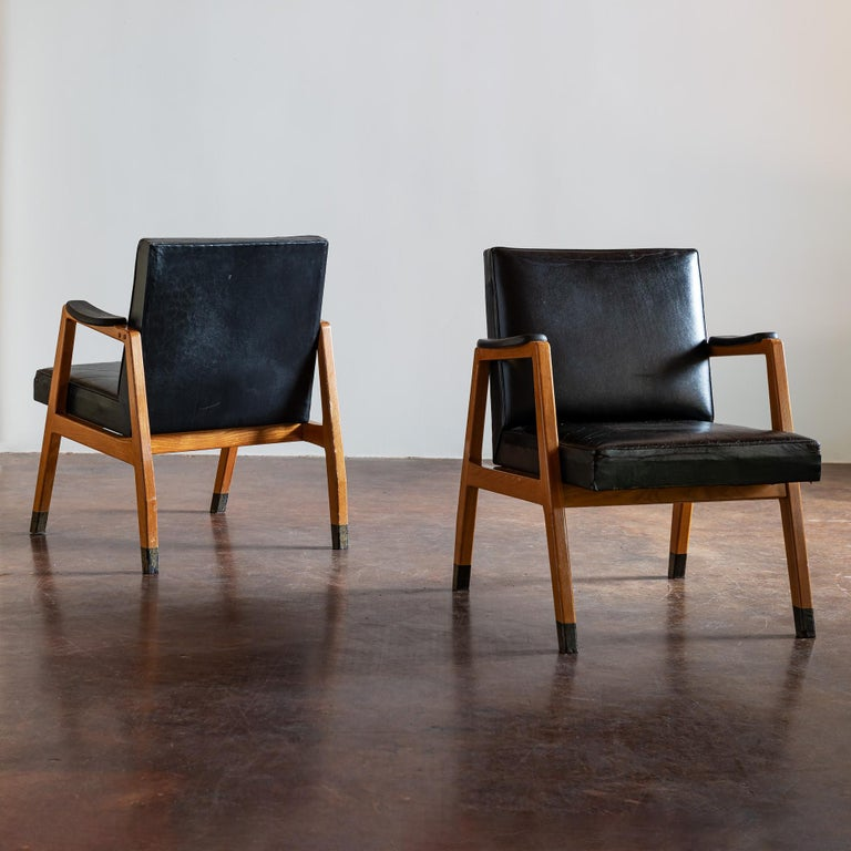 Pair of sophisticated armchairs in black leather designed by Lasse Ollinkari and Aarne Ervi for the KOP-Bank, (Kansallis Osake-Pankki), Finland, 1940s.