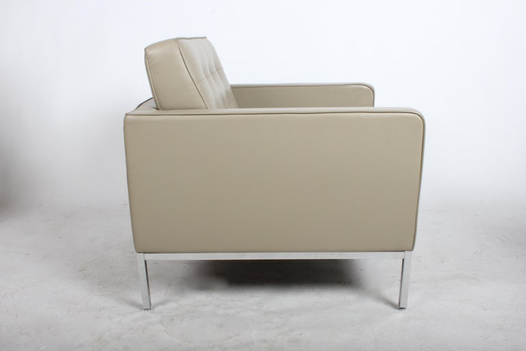 Contemporary Pair of Florence Knoll Leather Lounge Chairs For Sale