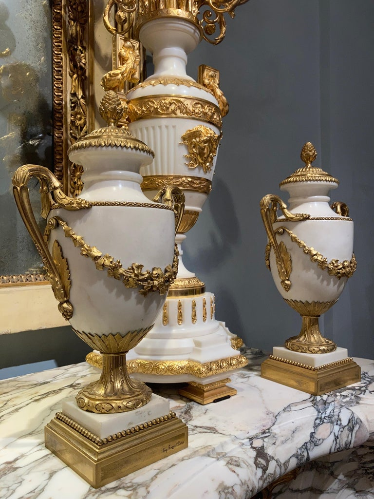 Pair of French 19th Century Carrara Marble and Gilt Bronze Urns For Sale 1