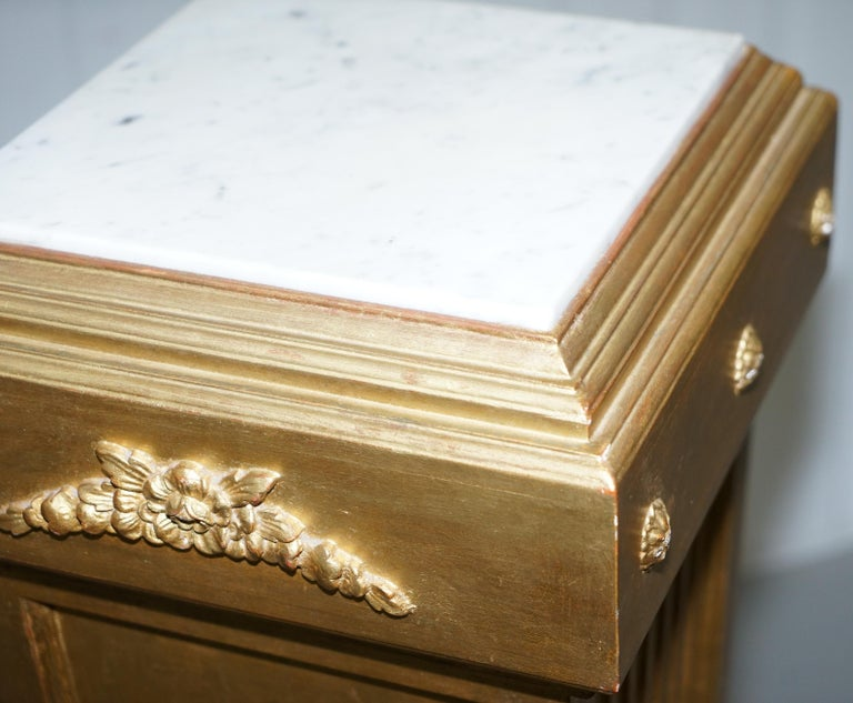 Pair of French 19th Century Giltwood Louis XVI Carrara Marble Pedestal Columns For Sale 16