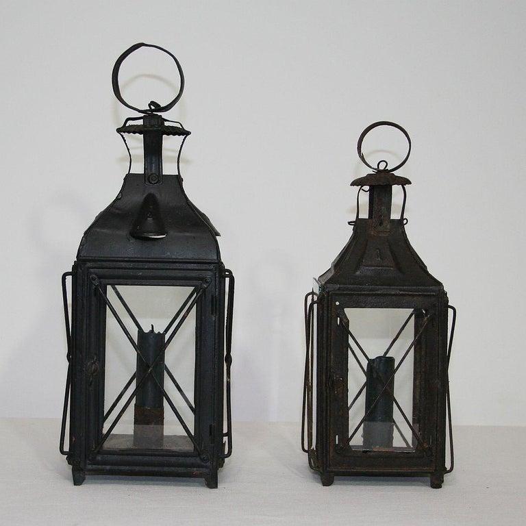 Nice pair of metal lanterns, France, circa 1850-1900. Weathered. Measurement here below of the largest lantern.