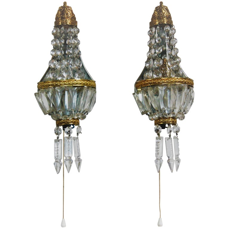 Wonderful pair of crystal and brass wall lights in the style of Baroque. Socket: Each one x Edison (E14) for standard screw bulbs. Very good condition.