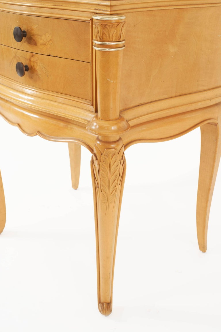 20th Century Pair of French 1950s Maple Bedside / End Tables For Sale