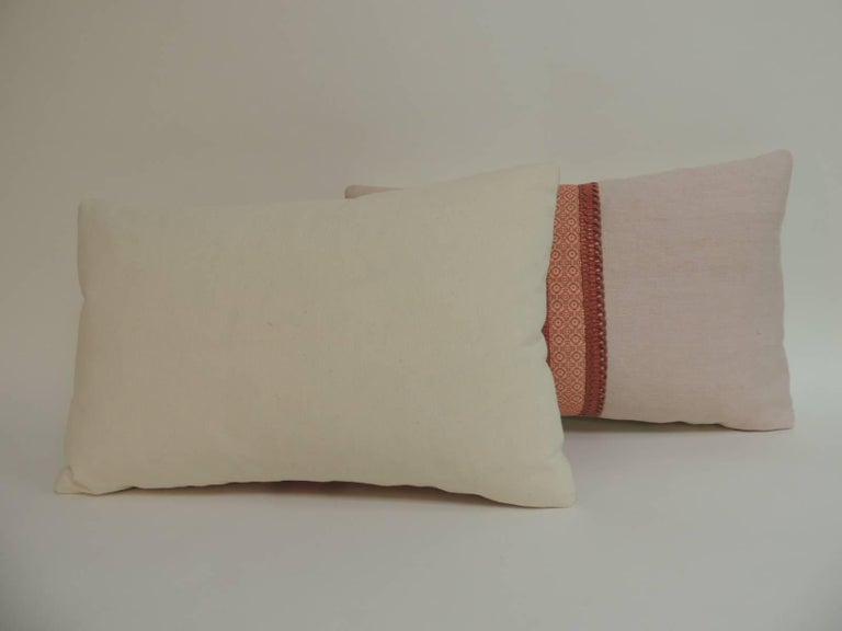 Pair of French Pink and Red Linen Trim Decorative Lumbar Pillows In Good Condition For Sale In Oakland Park, FL
