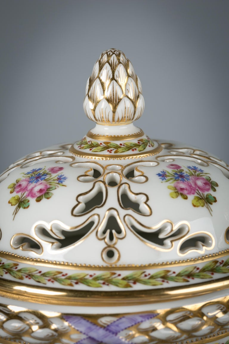 Pair of French Porcelain Covered Potpourri Covered Jars, circa 1890 In Excellent Condition For Sale In New York, NY