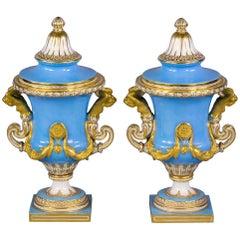 Paar Urnen Französisches Porzellan Vergoldet und Himmelblau Bemalt, S`evres, circa 1860