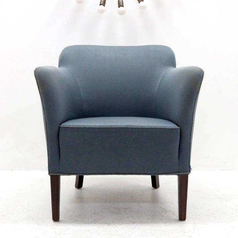 Elegant Fritz Hansen club chairs model 1146 by Fritz Hansen with original blue upholstery and mahogany legs.