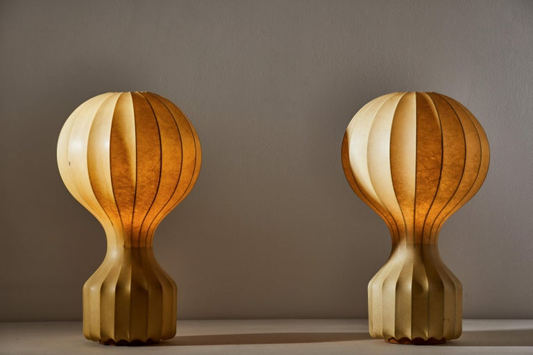 """Pair of Gatto table lamps by Pier Giacomo and Achille Castiglioni for Flos. Manufactured in Italy, circa 1960s. White powder coated internal steel structure sprayed with a unique """"cocoon"""" resin to create the diffuser which is then protected by a"""