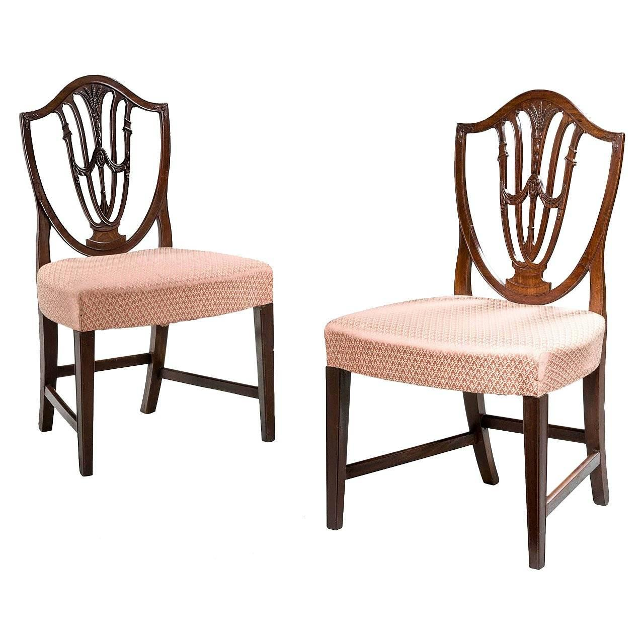 Charmant Pair Of George III Hepplewhite Chairs For Sale