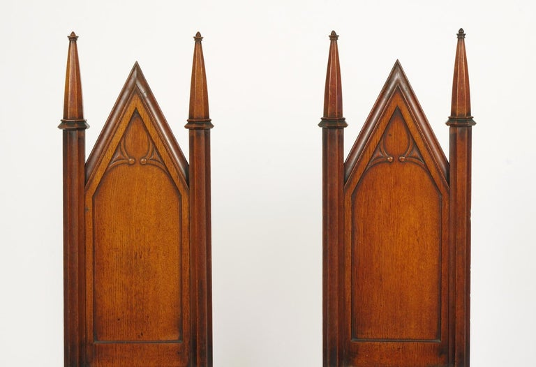 Pair of George III Oak Gothic Hall Chairs, circa 1800 In Good Condition For Sale In St. Louis, MO