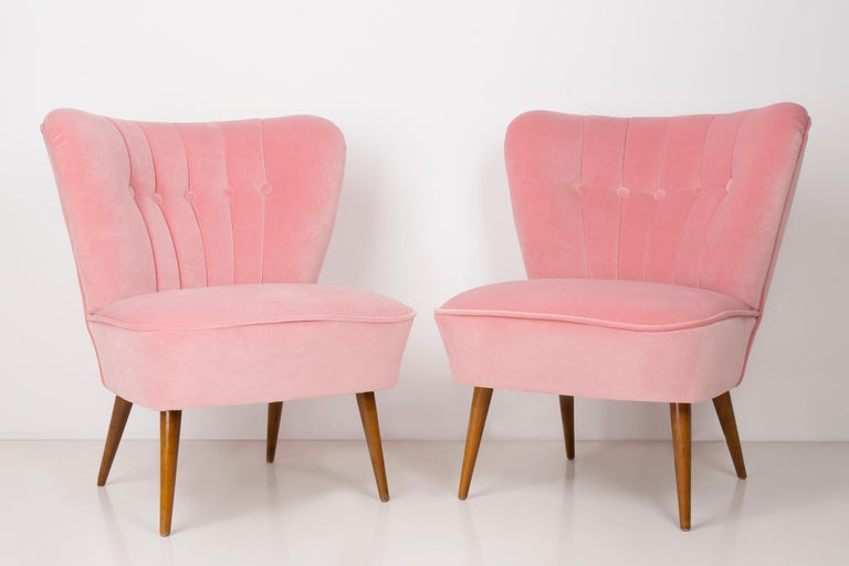Springy, very comfortable and stabile German club seat. Produced in the 1960s at the Karl Lindner factory in Germany. The whole armchair is covered with high-quality velour. The armchair is after a complete upholstery and carpentry renovation. We