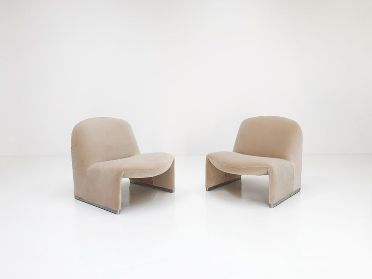 """Mid-Century Modern Pair of Giancarlo Piretti """"Alky"""" Chairs in New Velvet, Artifort, 1970s For Sale"""