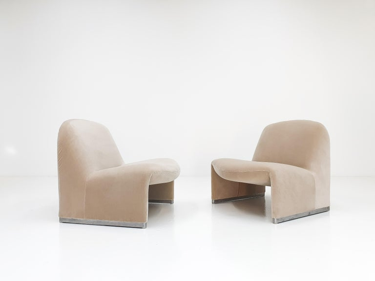 """Pair of Giancarlo Piretti """"Alky"""" Chairs in New Velvet, Artifort, 1970s In Good Condition For Sale In London Road, Baldock, Hertfordshire"""