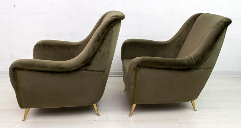 Pair of Gio Ponti Mid-Century Modern Italian Velvet Armchairs for ISA, 1950s For Sale 1