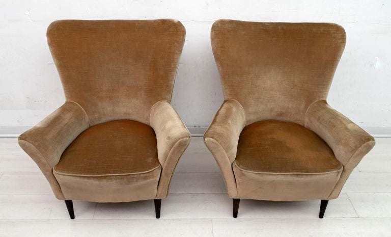 Elegant and splendid pair of Mid-Century Modern small armchairs, attributed to Gio Ponti, 1950 for ISA Editions, Bergamo. Sculpted profile, refined lines, sensual and deep comfort. The chairs have their original velvet upholstery; it is recommended