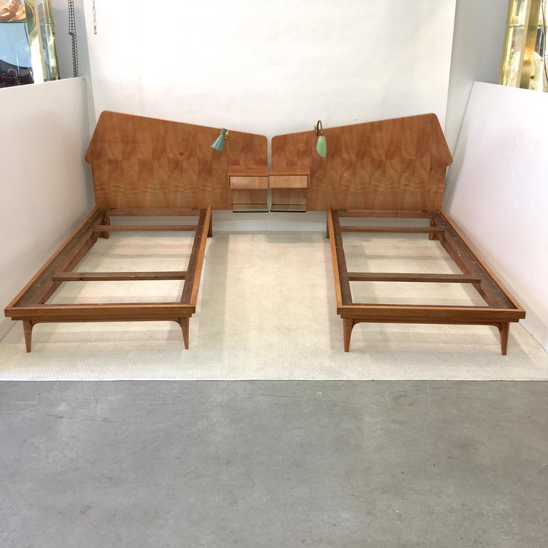 Mid-Century Modern Pair of Gio Ponti Style Twin Beds For Sale