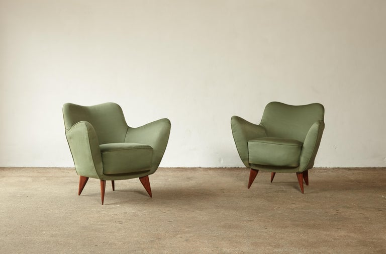An wonderful pair of original Giulia Veronesi Perla armchairs, I.S.A. Bergamo, Italy, 1950. Original green fabric with minor signs of use and wear relative to age. Recovering is possible and we can assist if required.