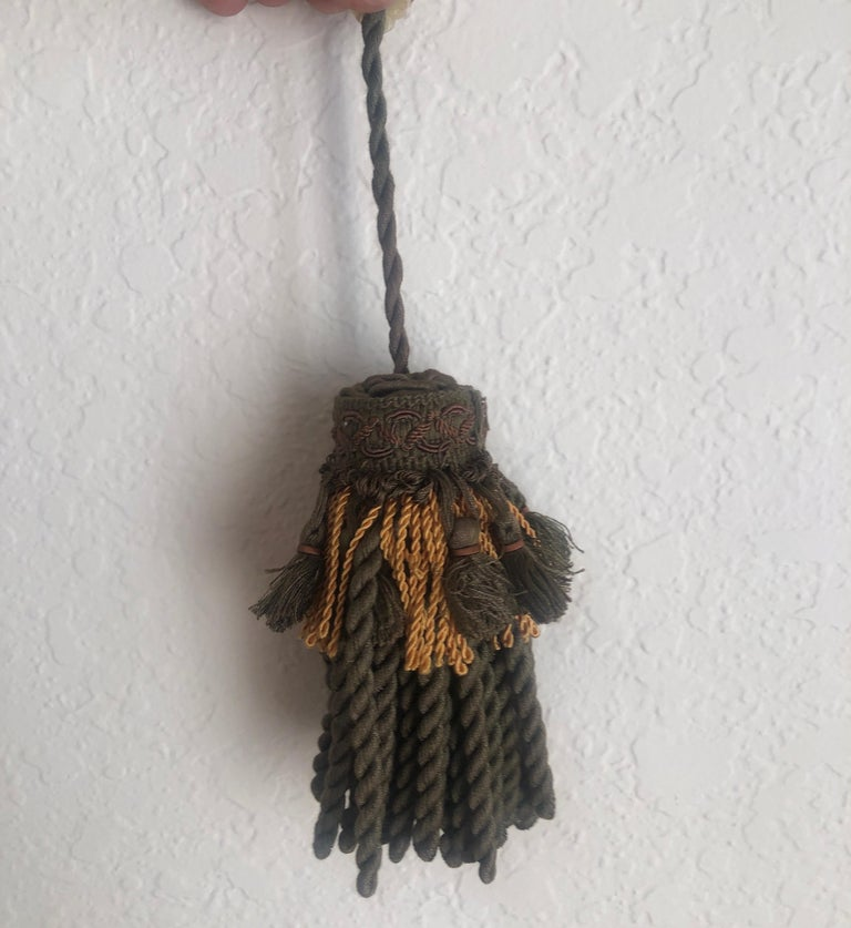 Pair of Green and Gold Decorative Key Tassels In Good Condition For Sale In Oakland Park, FL