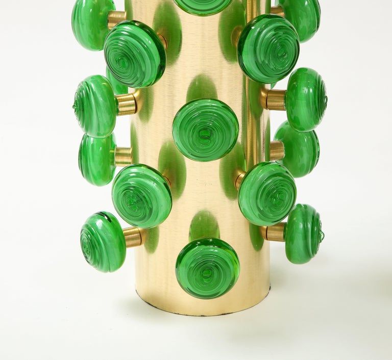 Hand-Crafted Pair of Green Murano Glass Knobs and Brass Cylinder Sculptural Lamps, Italy 2021 For Sale