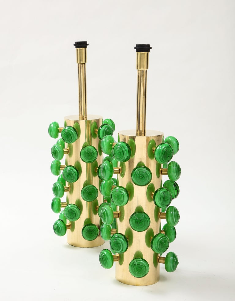 Contemporary Pair of Green Murano Glass Knobs and Brass Cylinder Sculptural Lamps, Italy 2021 For Sale