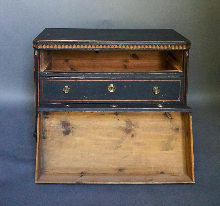 Pair of Gustavian Style Chests of Drawers In Good Condition For Sale In Sheffield, MA