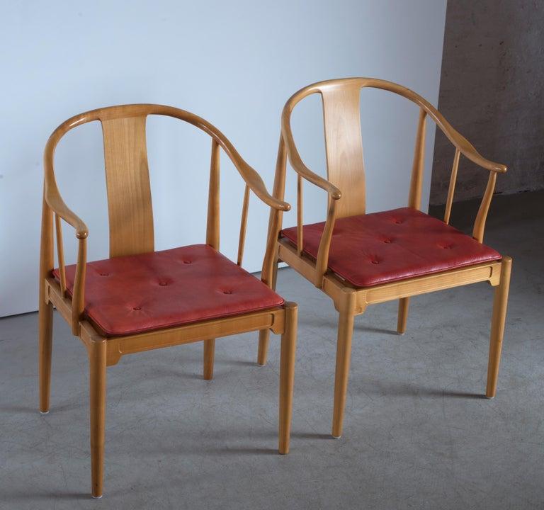 Pair of Hans J. Wegner Chinese Chairs of Cherrywood for Fritz Hansen In Good Condition For Sale In Copenhagen, DK