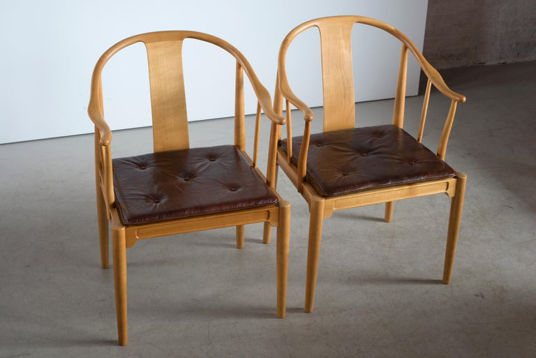 Pair of Hans J. Wegner Chinese Chairs of Cherrywood for Fritz Hansen In Good Condition For Sale In Copenhagen, DK