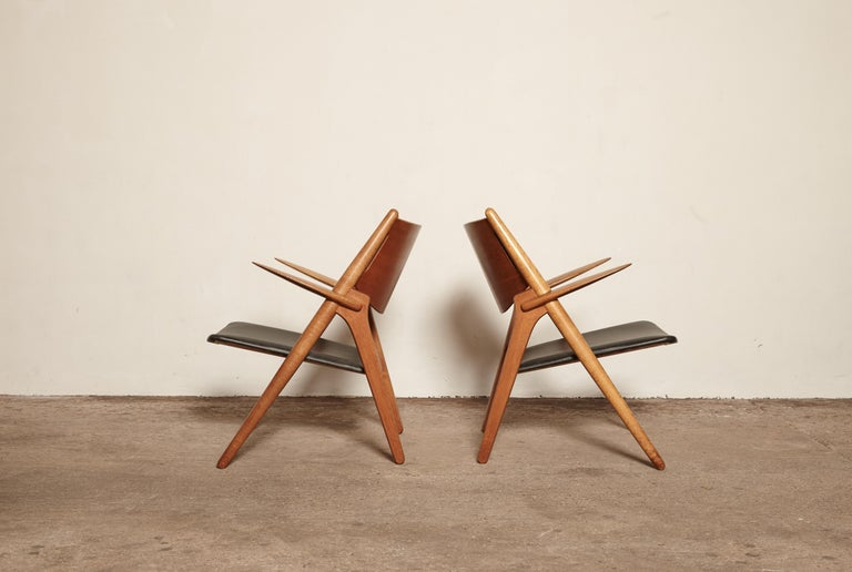 Pair of Hans Wegner CH 28 Sawbuck Armchairs, Denmark In Good Condition For Sale In London, GB