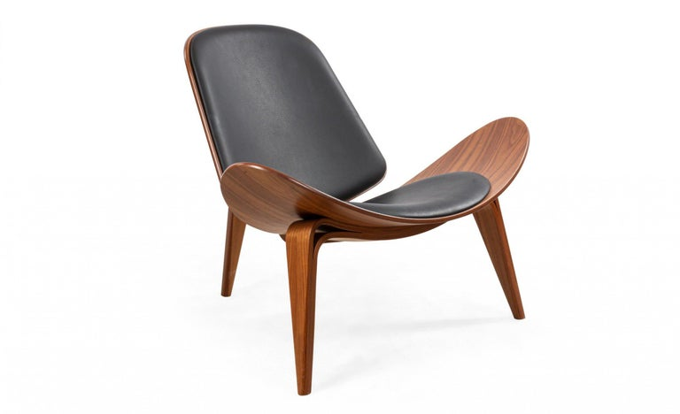 Mid-Century Modern Pair of Hans Wegner for Carl Hansen & Søn Leather and Bentwood CH07 Shell Chairs For Sale