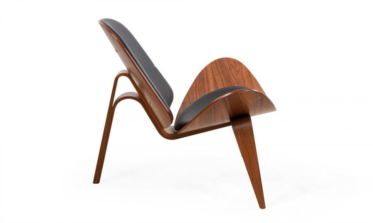 Danish Pair of Hans Wegner for Carl Hansen & Søn Leather and Bentwood CH07 Shell Chairs For Sale
