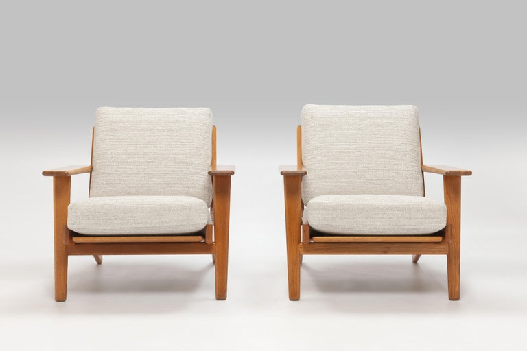 Lounge chair GE290 is a much appreciated early design by Hans Wegner. Wegner already designed the chair in 1953. The chair offers exceptional good seating comfort - partly due to cushions with innersprings - and much convenience is offered from the