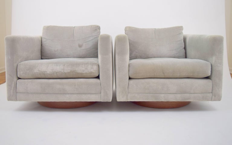 Mid-Century Modern Pair of Harvey Probber Swivel Chairs For Sale