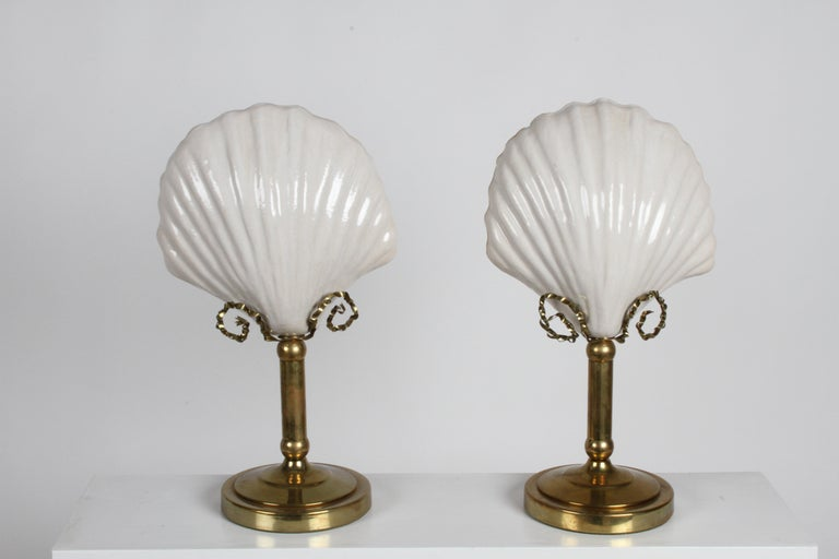Late 20th Century Pair of Hollywood Regency 1970s Hart Associates Ceramic Shell & Brass Lamps For Sale