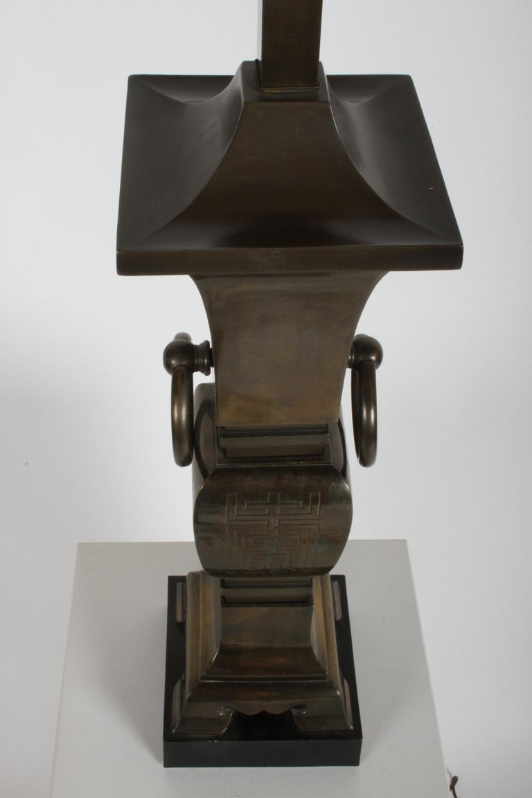 Pair of Hollywood Regency Tall Brass Urn Form Asian Modern Table Lamps In Good Condition For Sale In St. Louis, MO