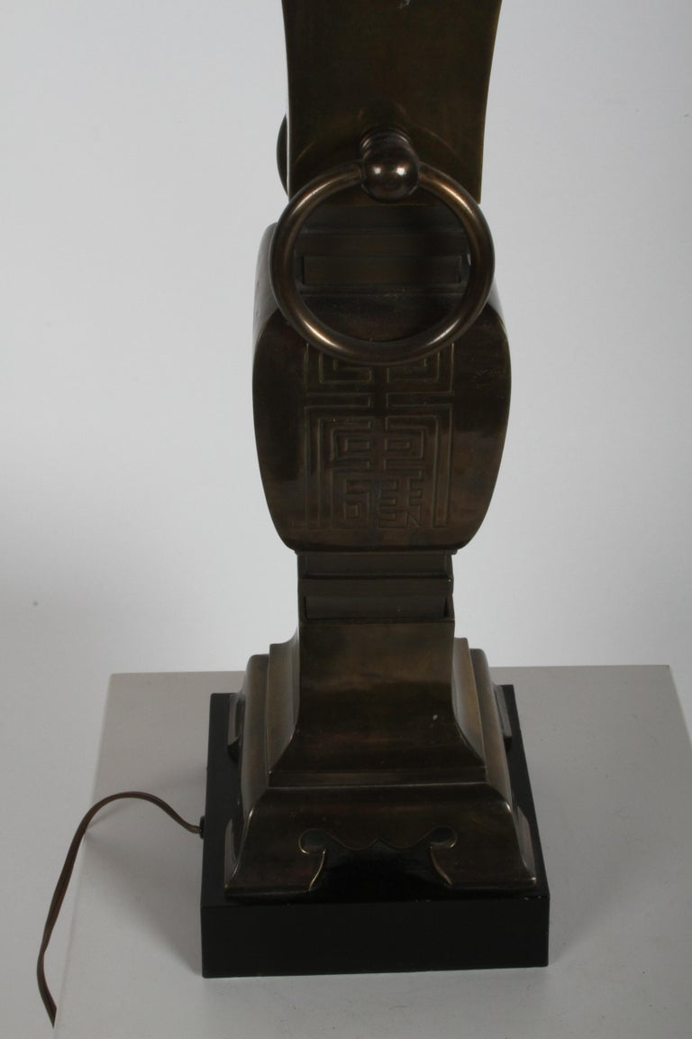 Mid-20th Century Pair of Hollywood Regency Tall Brass Urn Form Asian Modern Table Lamps For Sale