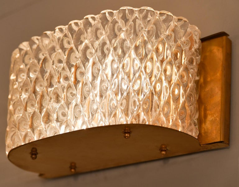 Pair of Italian 1950s Seguso Murano Curved Glass and Brass Wall Lights In Good Condition For Sale In London, GB