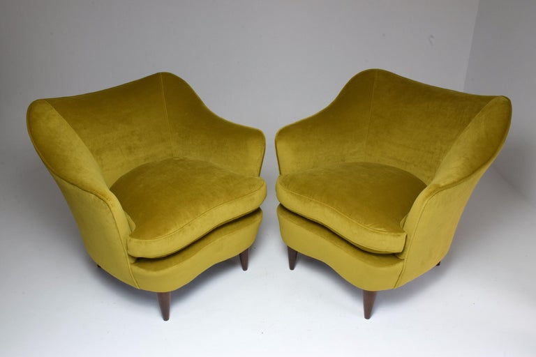 A set of two Italian collectible vintage armchairs designed by Gio Ponti for manufacturing company Casa e Giardino in the late 1930s. In fully restored condition with new yellow velvet upholstery and removable cushions. Italy, circa 1930s.