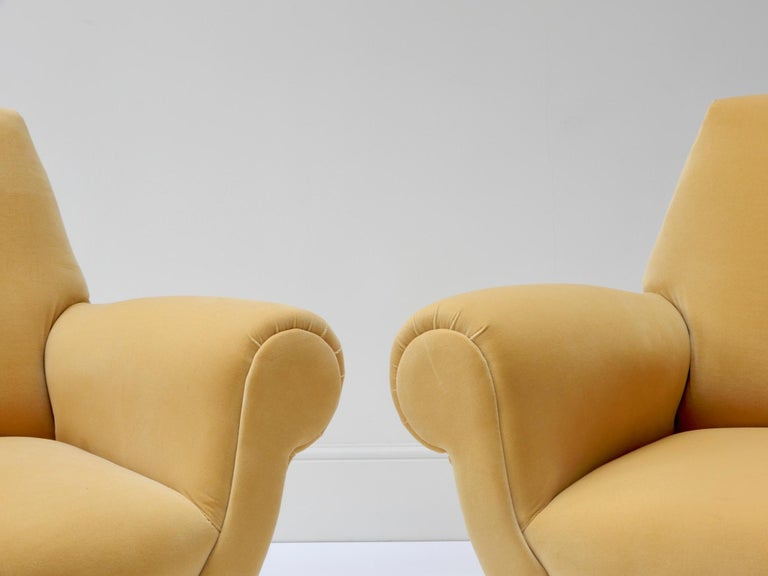 Pair of Italian Mid-Century Modern Style Armchairs in Yellow Velvet In Good Condition For Sale In London, GB