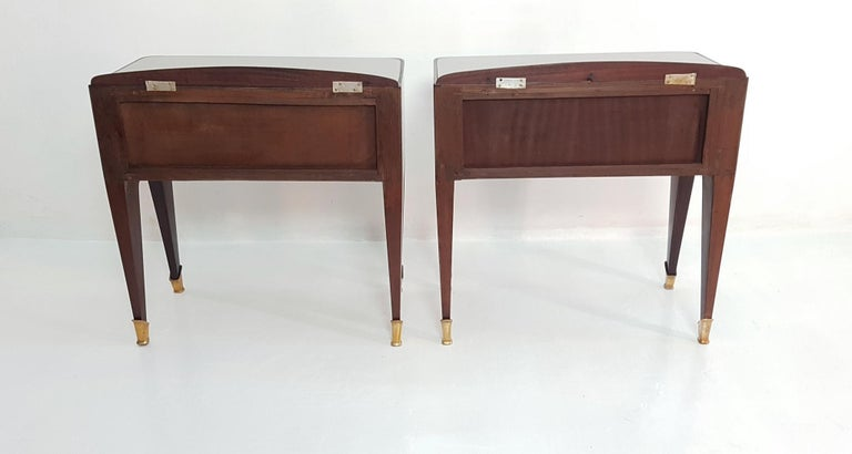 Pair of Italian Midcentury Nightstands in Mahogany and Brass For Sale 5