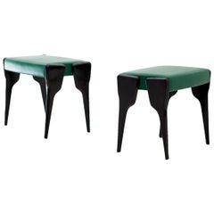 Ein Paar Italienischer Moderner Hocker mit Schwarzen Mahagoni Beinen und Natürlichem Grünen Leder