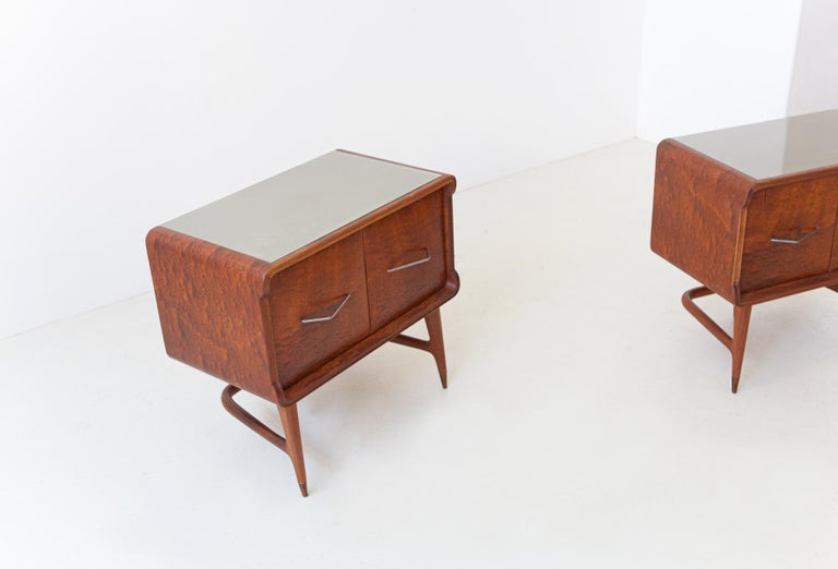 Pair of Italian Sculptural Mahogany Bedside Tables, 1950s In Good Condition For Sale In Rome, IT