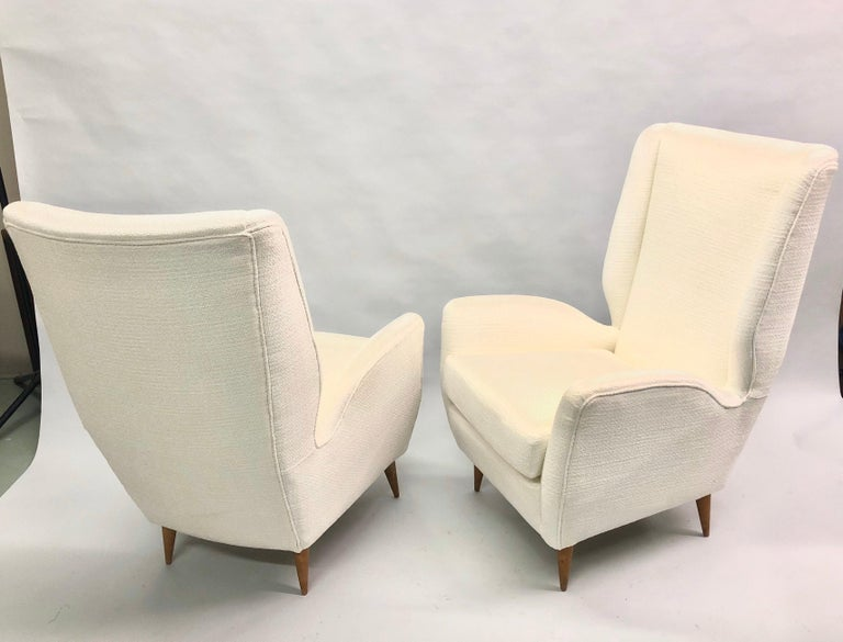 Mid-Century Modern Pair of Italian Wingback Lounge Chairs / Armchairs by Gio Ponti, Model 512 For Sale