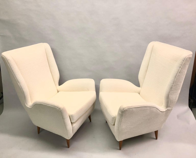 Cotton Pair of Italian Wingback Lounge Chairs / Armchairs by Gio Ponti, Model 512 For Sale