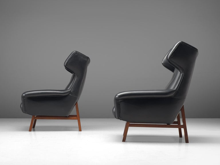 Pair of Italian Wingback Lounge Chairs in Black Leather For Sale 1