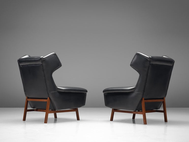 Pair of Italian Wingback Lounge Chairs in Black Leather For Sale 3