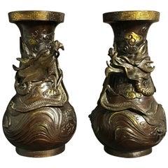 Paar teilweise vergoldete Drachen-Vasen aus Bronze, Japan, Edo-Periode, Frühes 19. Jahrhundert