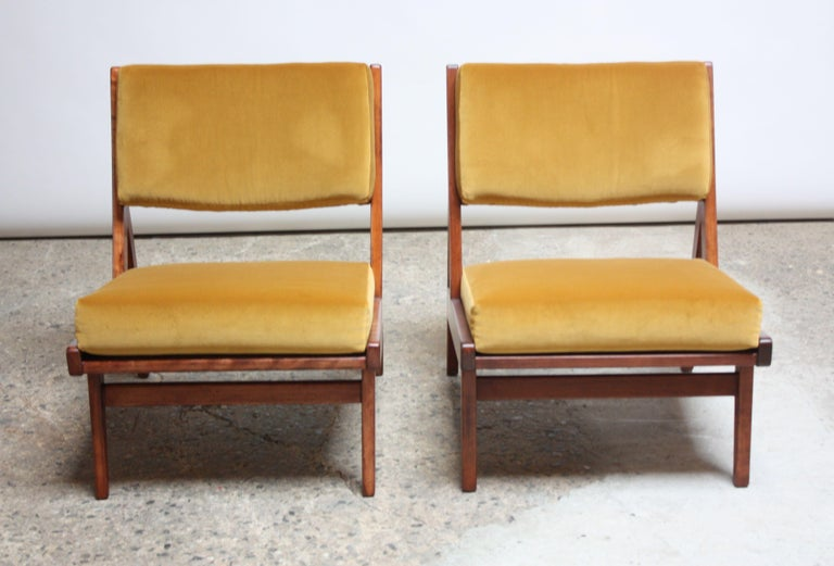 Mid-20th Century Pair of Jens Risom Low Lounge Chairs Model U-431 in Walnut and Velvet For Sale